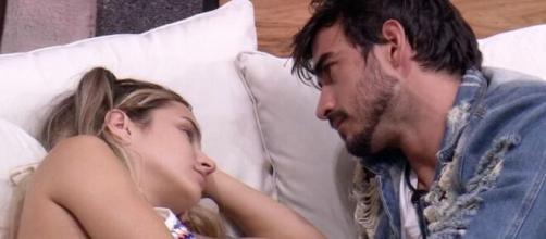 Guilherme conversa com Gabi na área externa. (Reprodução/TV Globo)