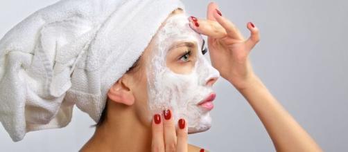 Las limpiezas faciales pueden realizarse con sencillos productos caseros. - telemundo.com