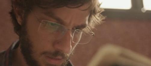 Danilo na sequência em que leu o diário da mãe e descobriu pista de segredo na novela. (Reprodução/TV Globo)