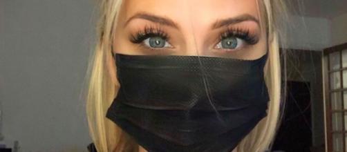TPMP : Kelly Vedovelli s'expose avec un masque sur le visage. Credit: Instagram/kellyvedovelli