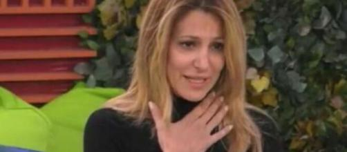 Adriana Volpe lascia il Granfe Fratello, Signorini spiega che un parente sta male.