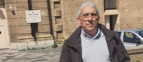 """Antonio Farruggia (Uilpa Sicilia) di fronte al carcere """"Di Bona""""."""