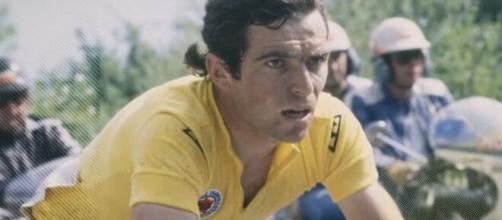 Bernard Hinault in maglia gialla al Tour de France.