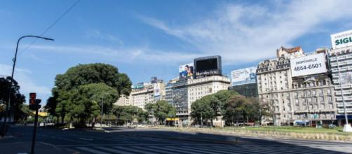 Buenos Aires, una ciudad en cuarentena y su tradicional avenida 9 de Julio.