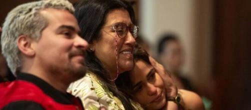 Cena da novela 'Amor de mãe', com Regina Casé, Thiago Martins e Nanda Costa. (Reprodução/TV Globo)