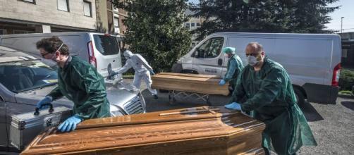 Coronavirus/ El ejército de Italia saca decenas de féretros a la calle en Bérgamo