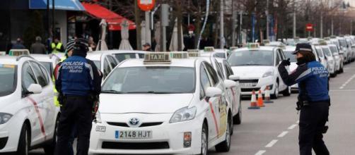 Coronavirus/ Los taxistas se ofrecen a llevar a los sanitarios gratis a hacer su trabajo