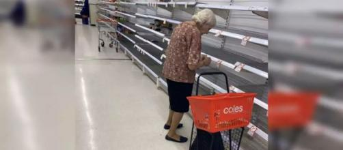 Idosa, na Austrália, desespera-se ao ver prateleiras desocupadas em supermercados. (Arquivo Pessoal)
