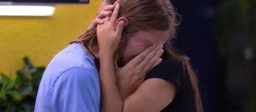 Daniel chorou muito e foi consolado por Ivy após desabafar que pensou em desistir do BBB. (Reprodução/TV Globo).