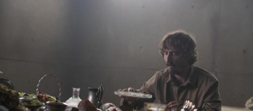 Iván Massagué em cena do filme 'O Poço' da Netflix. (Reprodução/Neflix)