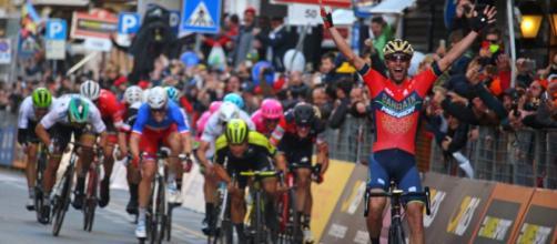 Vincenzo Nibali taglia per primo il traguardo nella Milano-Sanremo 2018.