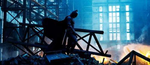 """Atores de """"Batman: O Cavaleiro das Trevas"""" na atualidade. (Reprodução/Warner Bros.)"""