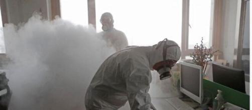 Desinfectando un área por el coronavirus.