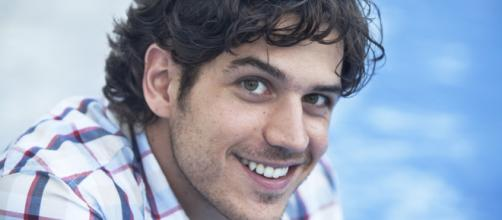 """Marco Pigossi interpretou Cássio na 'TV Globo', e ficou famoso com o bordão: """"Choquei! Fiquei rosa chiclete"""". (Arquivo Blasting News)"""