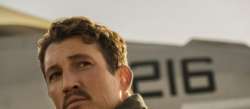 "Miles Teller vive Bradley ""Rooster"" Bradshaw no filme 'Top Gun: Maverick'. (Reprodução/Netflix)"