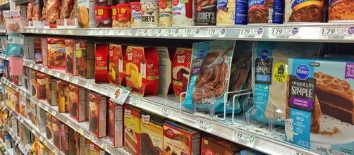 Pessoas temem o desabastecimento em supermercados por coronavírus e fazem estoque em casa. (Arquivo Blasting News)