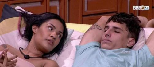 Flayslane e Prior conversam no jardim sobre crush da cantora. (Reprodução/TV Globo)