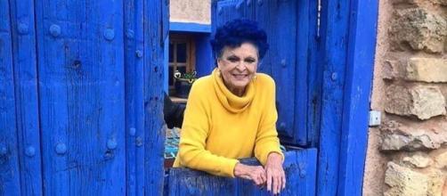 Lucía Bosé en las puertas de su casa en Brieva (Segovia)