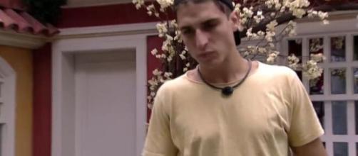 No quarto vila, Felipe Prior repreende negatividade de Flayslane Raiane sobre estar no paredão do 'BBB20'. (Reprodução/TV Globo)