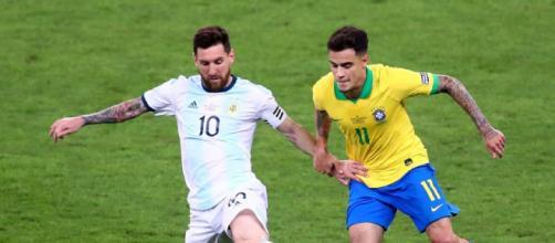 Phillipe Coutinho defendendo a Seleção na Copa América contra a Argentina de Messi. (Arquivo Blasting News)
