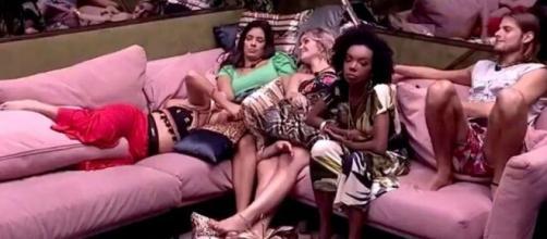 Thelma ouve declaração de Daniel sobre não dar monstro para amigo. (Reprodução/TV Globo)