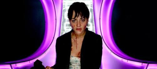 A atriz Jamie Winstone no confessionário do Big Brother inglês em cena da minissérie Dead Set. (Arquivo Blasting News)