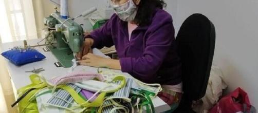 Confección artesanal de mascarillas contra virus.