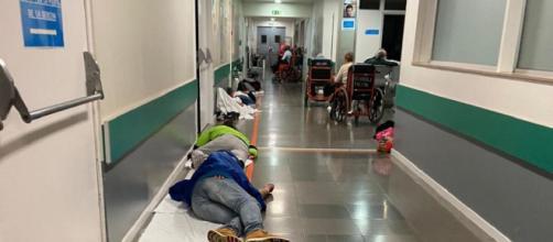El área de urgencias del Hospital Infanta Leonor de Madrid tiene muchos pacientes tumbados en espera a ser atendidos por síntomas de COVID-2019.