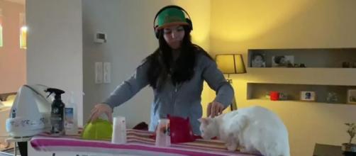 Chat : elle joue la DJ et son félin a la peur de sa vie. Capture