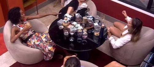 Marcela conversa com sisters no quarto do líder. (Reprodução/TV Globo)