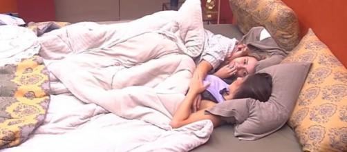 Marcela e Gizelly vão para debaixo do edredom e web especula que rolou beijo. (Reprodução/TV Globo)