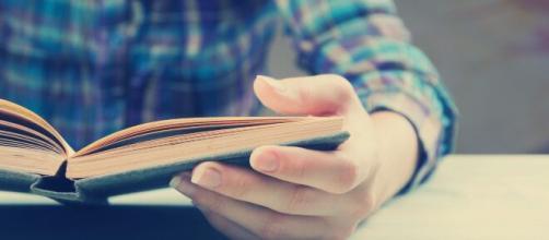 5 cose che si possono fare a casa durante la quarantena, tra cui leggere e ascoltare musica.