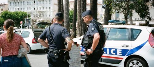 Faux policiers, médicaments frauduleux... attention aux arnaques lors du confinement. Credit : Pexels/Daria Sannikova