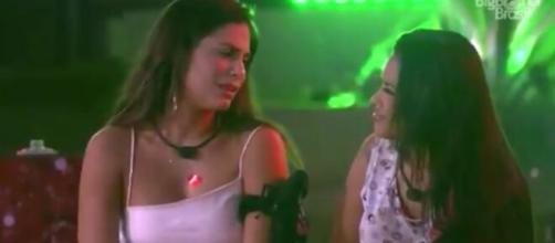 Flay e Mari conversam durante festa. (Reprodução/TV Globo)