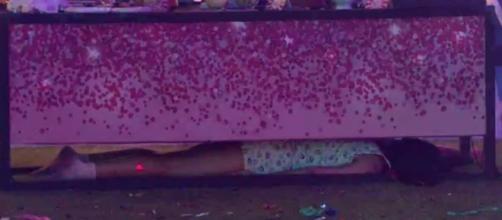 Flay se esconde embaixo de mesa durante festa. (Reprodução/TV Globo)