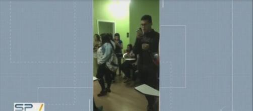 Imagens feitas pelos contratados mostraram aglomeração em uma sala. (Reprodução TV Globo).