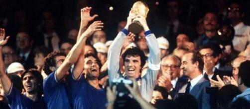 Madrid, 11 luglio 1982: Dino Zoff alza al cielo la Coppa del Mondo.