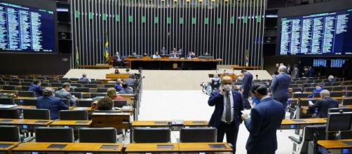 Auxílio de até R$ 1,2 mil foi proposto por oposição do governo. (Arquivo Blasting News)