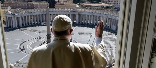 El papa Francisco durante el último Ángelus, ante la plaza San Pedro del Vaticano totalmente vacía por la pandemia de Coronavirus.