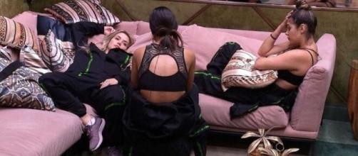 Ivy, Marcela e Gizelly conversam na sala. (Reprodução/TV Globo)