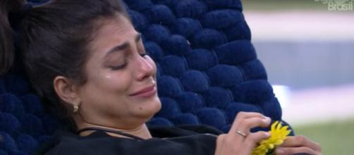 Mari chora sozinha na área externa. (Reprodução/TV Globo)