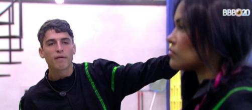 Prior e Flayslane conversam sobre o jogo. (Reprodução/TV Globo)
