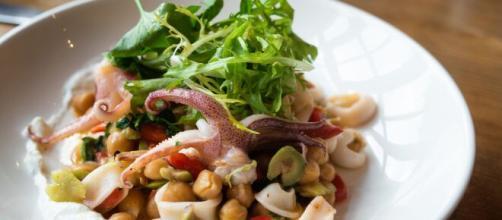 Calamari all'aglio, un semplice tributo alla cucina mediterranea.