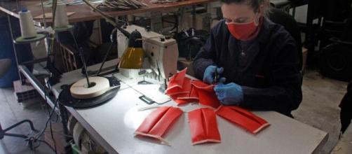 Coronavirus | Particulares y empresas se reinventan para fabricar material sanitario - rtve.es