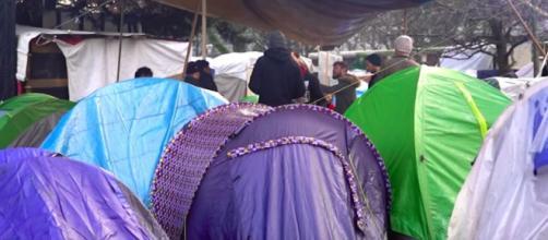 Les migrants dans le bidonville insalubre à Aubervilliers. Credit : Capture France 24