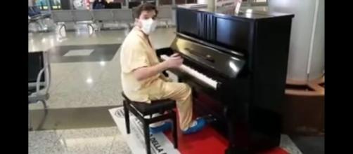 Il medico di Varese, Christian Mongiardi, ha emozionato il web suonando al pianoforte le canzoni dei Queen.