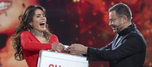 Jorge Javier Vázquez entrega el maletín de ganadora a Miriam Saavedra en 'GH VIP 6' (Telecinco)