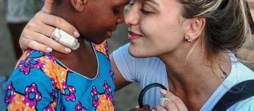Rafa com uma das crianças na África. (Foto: Reprodução/Instagram)