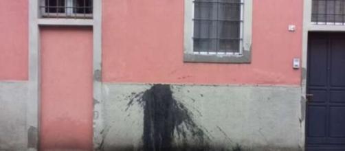 Castiglione d'Adda: la notizia delle macchie di vernice nera sulle case dei contagiati è una bufala.