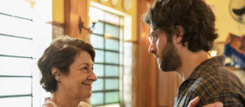 Danilo e a mãe falsa contratada por Thelma em 'Amor de Mãe'. (Reprodução/TV Globo)